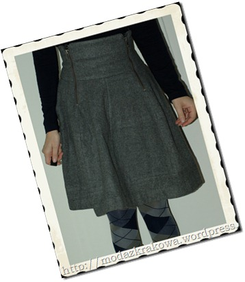 The gray skirt comes from an old collection of H&M Trend. I love it for the zips.
