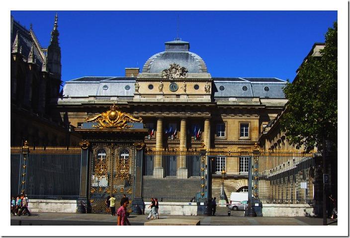 Palais de Justice Dziedziniec Majowy
