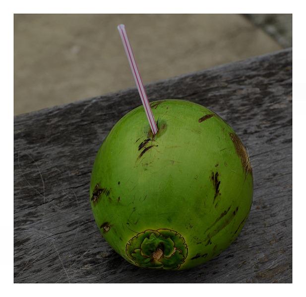 W gorące dni nie ma to jak napić się kokosa.